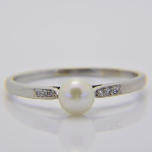 1930's platinum pearl & diamond ring