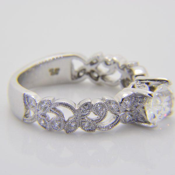 Oval diamond mounted ring